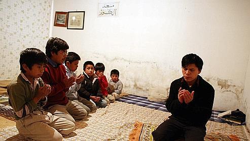 Dans une mosquée de fortune, Dahud, 18 ans, qui fait office d'imam, entraîne les plus jeunes à la prière. (Axelle de Russé/Le Figaro Magazine)