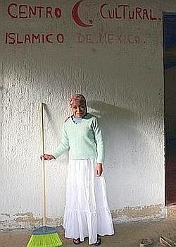 Une des petites-filles Chechev nettoie la «mosquée» avant la prière du vendredi. (Axelle de Russé/Le Figaro Magazine)