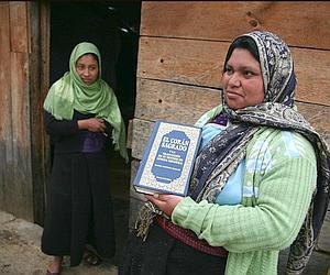 Dans le quartier Ojo de Agua. Nujeila et Hamja, qui exhibe fièrement le Livre saint. (Axelle de Russé/Le Figaro Magazine