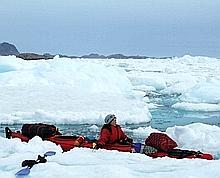 Anne Quéméré dans son kayak. Crédit photo : Les Robinsons des Glaces.