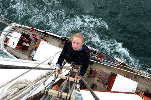 Hissez haut ! Sur l'échelle du grand mât de la «Belle Poule», Cécile Penkerc'h tient bon la vague et tient bon le vent. En dix mois, l'Ecole des mousses lui a permis d'atteindre son objectif : être manoeuvrier. (Thomas Goisque/Le Figaro Magazine)