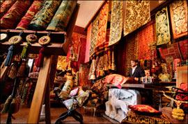 Brocarts, damas, velours : la famille de Marco Polo vivait pour le négoce. Ici, la boutique de la manufacture de tissus Bevilacqua. (Eric Martin/Le Figaro Magazine)