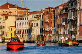 Le ballet des péniches sur le Grand Canal ; chaque jour à l'aube, elles approvisionnent le marché du Rialto. (Eric Martin/Le Figaro Magazine)