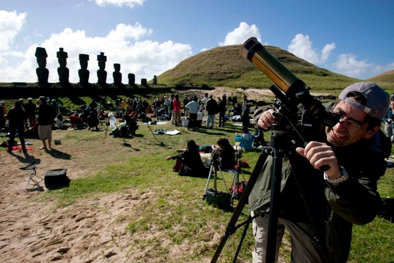 Les scientifiques et astronomes amateurs du monde entier étaient nombreux sur la minuscule île de Pâques, une des rares zones habitées dans laquelle l'éclipse était totale. La population de l'îlot chilien, environ 4.000 habitants, aurait d'ailleurs doublé avec l'afflux de touristes et de scientifiques. Seules les populations des extrémités sud du Chili et de l'Argentine, ainsi que celles de certaines petites îles de l'archipel des Tuamotu en Polynésie française, ont eu la chance d'assister au spectacle magique d'une éclipse totale.