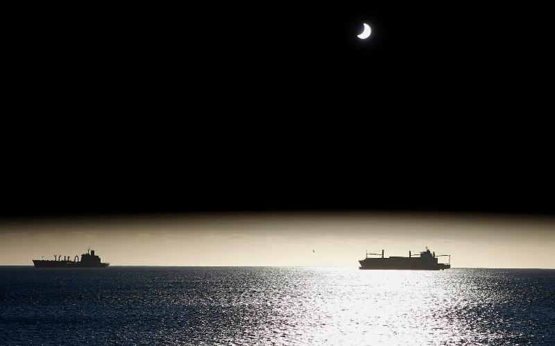 Au Chili, ici Valparaiso, seule une éclipse partielle était visible. La bande de terre dans laquelle l'éclipse est totale est assez fine. L'alignement entre l'observateur, la Lune et le Soleil doit être quasi-parfait afin que l'ombre de la Lune couvre intégralement le Soleil. A Thaïti, 99% du Soleil a été masqué par la Lune. Suffisant pour que l'ensemble de la population se détourne quelques minutes de la finale de la Coupe du monde afin de profiter de ce spectacle naturel.