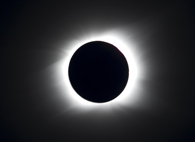 L'alignement parfait du Soleil et de la Lune est un événement relativement rare. La dernière éclipse totale date de juin 2009. Elle avait plongé dans le noir une partie de l'Asie (Inde, Chine, Bhoutan). La prochaine aura lieu le 23 novembre 2012 et fera le bonheur de l'Australie, de la Nouvelle-Zélande et d'une partie de l'Amérique du Sud. En France, la dernière éclipse totale a été observée en août 1999.