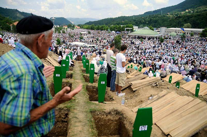 Quinze ans après… Plusieurs dizaines de milliers de personnes se sont rassemblées, dimanche 11 juillet, au cimetière mémorial de Srebrenica pour rendre hommage aux victimes du massacre perpétré en 1995 en Bosnie Herzégovine. 775 corps récemment identifiés ont été inhumés avec les autres victimes déjà enterrées.