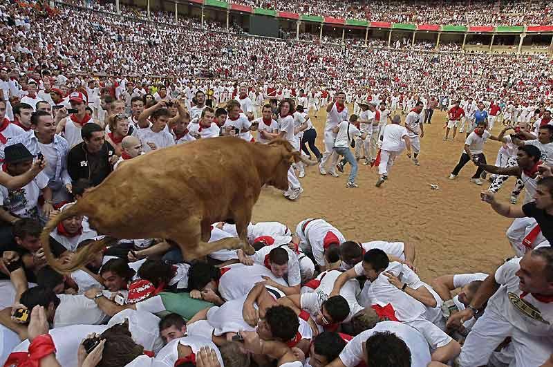 Attention danger. Les lâchers de taureaux organisés à l'occasion des fêtes traditionnelles de la San Fermin, à Pampelune (nord de l'Espagne), sont pleins de dangers et d'émotions, comme ici, dimanche 11 juillet, où les coureurs sont piétinés par l'animal. Depuis 1911, quinze personnes ont trouvé la mort pendant les festivités.