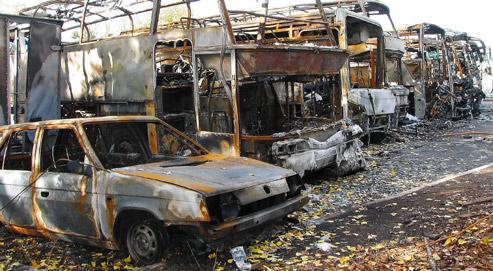Carcasses de véhicules brûlées après des incendies de violences urbaines au Blanc Mesnil. (crédits photo Paul Delort pour Le Figaro)