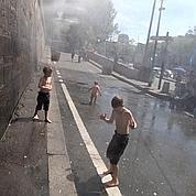 Des enfants sous un brumisateur de Paris Plages (2009)