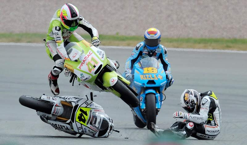 Dimanche 18 juillet, au neuvième tour du Grand Prix d'Allemagne, le pilote Randy de Puniet chute et entraîne avec lui les Espagnols Alvaro Bautista et Aleix Espargaro, provoquant ainsi la neutralisation de la course.