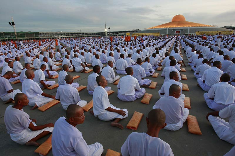 Des dizaines de milliers d'hommes ont participé à une cérémonie bouddhiste qui s'est déroulée au temple de Dhamagaya, dans la province de Pathum Thani, en Thaïlande, mardi 20 juillet.