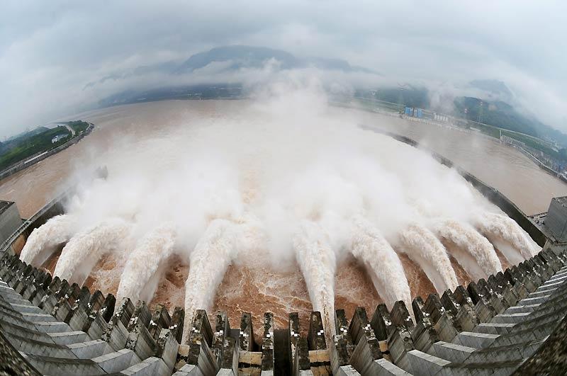Le plus important lâcher d'eau du barrage des Trois Gorges, situé sur le Yangtsé, en Chine, a été effectué mardi 20 juillet, afin de prévenir des inondations, conséquence des pluies diluviennes qui s'abattent sur le pays depuis plusieurs jours. Terminé en 2006, ce gigantesque ouvrage est opérationnel depuis septembre 2009.