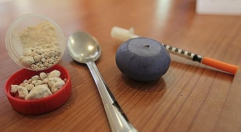 Un usager d'héroïne montre la manipulation de seringues neuves  dans une «salle de shooting», installée dans les locaux de  l'association Asud, à l'occasion de la Journée mondiale des hépatites du  19 mai 2009.