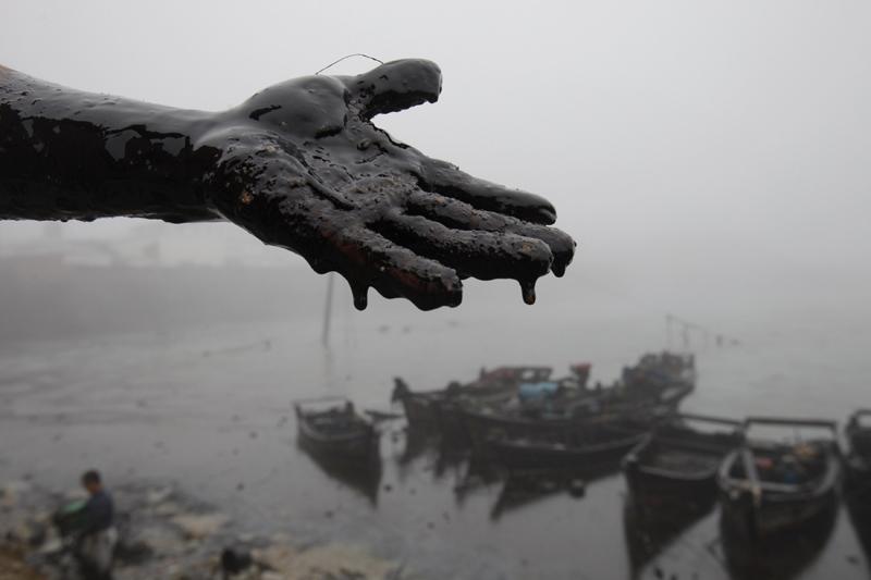 Des dizaines de bateaux ainsi que des centaines de soldats et  volontaires participent aux opérations. Plus de 23 tonnes de bactéries  mangeuses de pétrole sont utilisées pour tenter de venir à bout de cette  pollution. Néanmoins, l'impact sur l'environnement et sur la pêche est  jugé majeur. D'autant que les pluies et vents pourraient compliquer la  tâche.