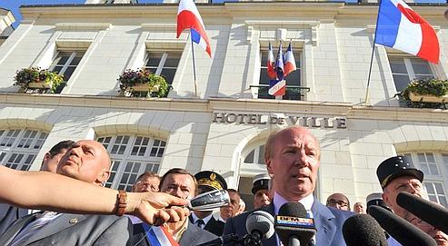 Brice Hortefeux en visite à la gendarmerie de Saint-Aignan, attaquée dimanche matin par une cinquantaine de gens du voyage.