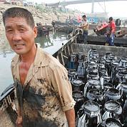 Selon AP, certains travailleurs déblaient avec des baguettes et mettent le pétrole dans des seaux en plastique.