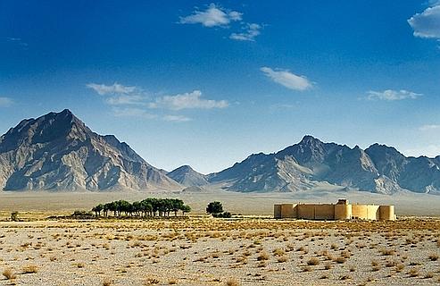 Surgi des sables et du passé, le caravansérail de Zein-o-Din a la beauté troublante des mirages. Bâti au XVIe siècle et transformé en hôtel, il se trouve à 60 kilomètres de Yazd,