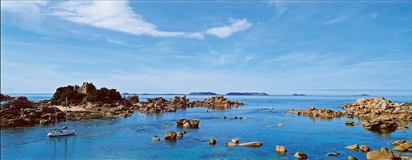Le château en granit rose de style néomédiéval posé sur l'îlot de Costaérès illustre de nombreuses cartes postales de Ploumanac'h. (Stephan Gladieu/Le Figaro Magazine)
