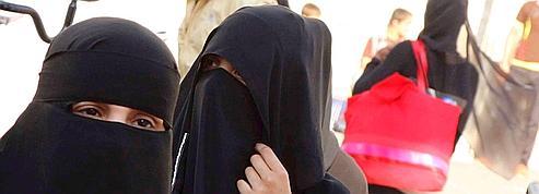 Des religieux conseillent aux touristes l'abandon du niqab en France