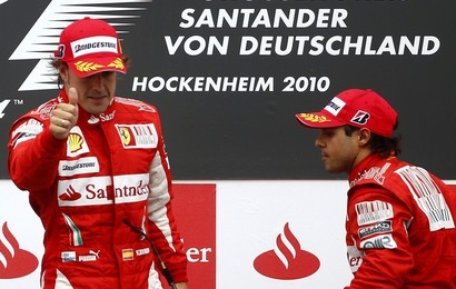 Fernando Alonso sur le podium devant un Felipe Massa le visage fermé