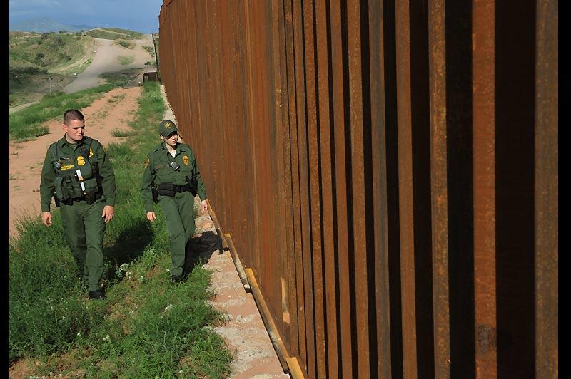In extremis. Jeudi 29 juillet, deux agents patrouillent à Nogales, cette ville-frontière de l'Arizona avec le Mexique, un des points de passage des immigrants, sur les 3.000 km de frontière avec les États-Unis. Dans le même temps, une juge fédérale a suspendu la loi migratoire très controversée qui devait entrer en vigueur.