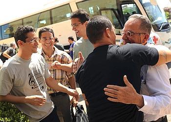 Depuis le 8 juillet dernier, une vingtaine de prisonniers politiques cubains ont été libérés par le régime castriste. Ils ont été exilés vers l'Espagne (ici à leur arrivée à Madrid, le 23 juillet). Parmi eux, Normando Hernandez (chemise à carreaux), condamné à 25 ans de prison.