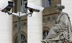 Vue de caméras de vidéo-surveillance, prise le 05 juillet 2007 à Paris. (crédits photo : AFP)