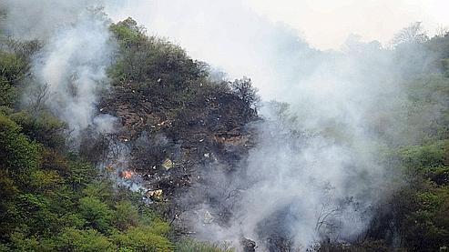 Un incendie s'est propagé autour des lieux du crash, dans les collines boisées des Margalla, au nord-est d'Islamabad.