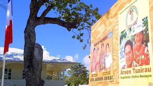 A droite, une affiche de campagne du Fetia Api lors des élections législatives de 2002.