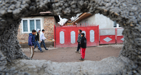 Dans le village de Târlungeni, en Roumanie, un mur sépare la communauté tsigane du reste du village. AFP PHOTO DANIEL MIHAILESCU