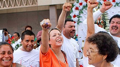 Des manifestants réunis devant le Capitole de Phoenix, siège du pouvoir législatif de l'Arizona, crient de joie après l'annonce de la suspensions partielle de la loi controversée contre l'immigration clandestine.