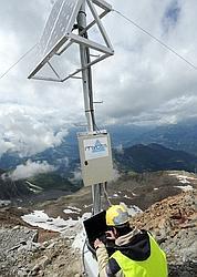 L'installation du sysème d'alerte est en cours. Des travaux dansgereux à plus de 3000m d'altitude.