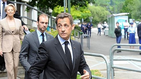 Nicolas Sarkozy, suivi par la Garde de Sceaux, Michèle Alliot-Marie, quitte l'Hôtel de Police de Grenoble.