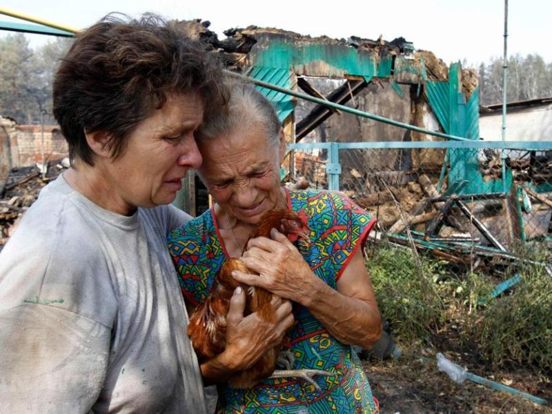 Une vieille femme constate les dégâts en banlieue de Voronej. Dans cette région , à 500 km au sud-ouest de Moscou, cinq personnes sont mortes dans les incendies, 21 ont été hospitalisées et plus de 500 habitants sont sans abri.