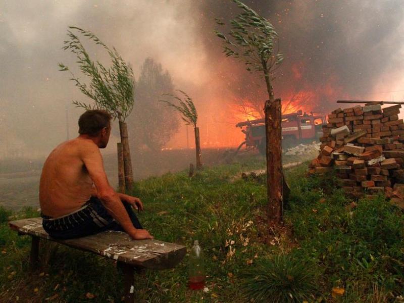 La progression du feu est facilitée par la sécheresse et la canicule, qui frappent la partie occidentale de la Russie. Les températures seront encore comprises entre 35 et 42 degrés cette semaine dans le district fédéral central et celui de la Volga. Le pays connaît son été le plus chaud depuis que les mesures météos ont été instaurées, il y a 130 ans.