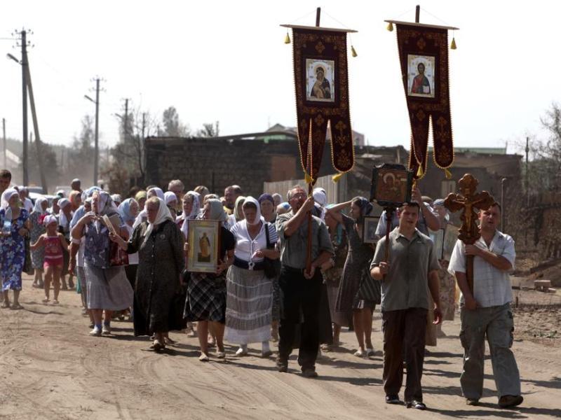 Les habitants ne s'en remettent plus qu'à Dieu pour arrêter les incendies.Comme le patriarche de Moscou Kirill lors d'une cérémonie dans la région voisine de Nijni Novgorod, et beaucoup d'autres croyants dans différentes régions de Russie, une centaine de personnes ont prié pour le ''don de la pluie'' dimanche à Voronej (photo). La ville a vu un de ses faubourgs détruit par le feu.