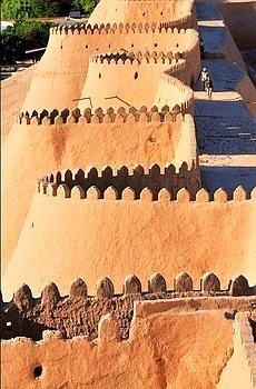 Les créneaux et les miniaturiste vedette de Boukhara. remparts en pisé de Khiva enserrent la vieille ville, interdite aux voitures. Un décor de cinéma.