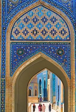 A Samarkand, la nécropole Chakhi Zinda, destinée à la famille de Tamerlan (les Timurides), est un kaléidoscope de faïences, majoliques, mosaïques.