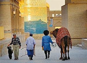A l'intérieur des murailles de Khiva, oasis caravanière, le dernier chamelier ne propose plus que des tours aux enfants.
