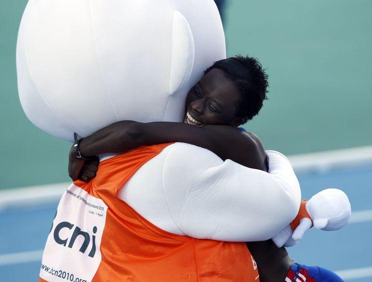 Myriam Soumaré peut se jeter dans les bras de la mascotte. Après le bronze sur 100 m, elle a décroché l'or sur 200 m !