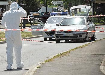 Des inspecteurs travaillent, le 20 mai 2010 à Villiers-sur-Marne (Val-de-Marne), sur la scène de fusillade où une policière municipale a été tuée et une automobiliste gravement blessée par des malfaiteurs lourdement armés à l'issue d'une course-poursuite.