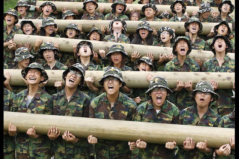 Chaque année des centaines d'étudiants sud-coréens consacrent volontairement une quinzaine de jours à un entraînement militaire. Ils espèrent renforcer leur mental et leurs capacités physiques, comme sur cette photo, mardi 3 août, dans le camp d'entraînement de Cheongryong, à Ansan, au sud ouest de Séoul.