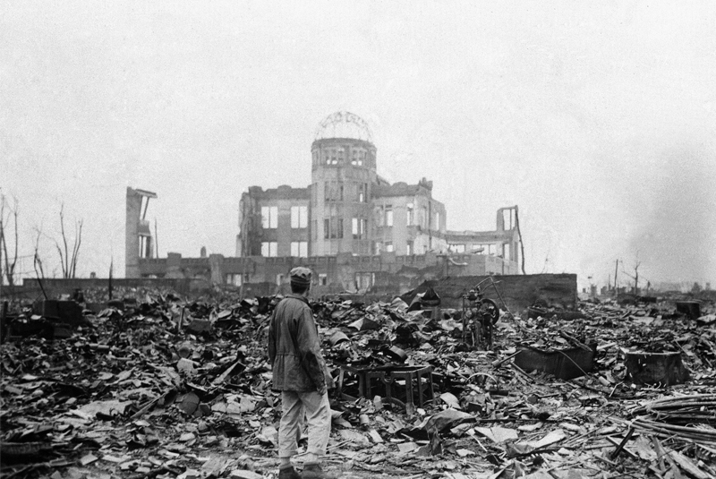La fournaise et le souffle engendrés par l'explosion ne laissèrent pas âme qui vive dans un rayon de plus d'un kilomètre. 70.000 personnes, civils pour la plupart, périrent immédiatement, ou dans l'année qui suivit, des suites de leur exposition aux radiations.
