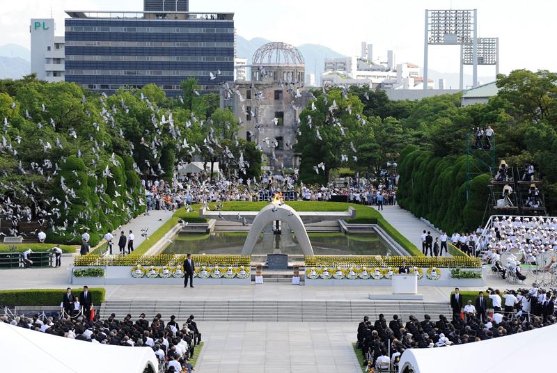 Le Japon a commémoré vendredi le 65e anniversaire du bombardement d'Hiroshima. Comme chaque année, une cloche a retenti à 8h15, heure à laquelle le bombardier  />Enola Gay</i> a largué sa bombe atomique. Des dizaines de milliers de personnes – rescapés, enfants ou responsables japonais et étrangers – ont observé une minute de silence sous un soleil brûlant, devant le <i>Genbaku Dome</i>, l'un des seuls bâtiments ayant résisté à l'explosion, qui veille sur un parc dédié à la paix.» height=»309″ /></font></strong></p> <p class=
