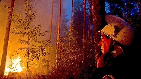 Un pompier russe à proximité du village de Murmino.