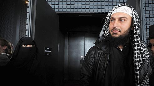 Lies Hebbadj et sa compagne Sandrine Moulleres, arrêtée en avril pour conduite avec un niqab (le voile couvrant qu'elle porte sur la photo).