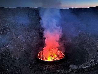 A l'aube, depuis le sommet du volcan, la vue sur le chaudron bouillonnant du Nyiragongo est saisissante. C'est Haroun Tazieff qui le premier, en 1948, s'aventura dans le cratère réputé inaccessible. (Olivier Grunewald)