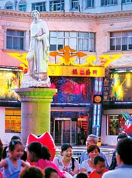 La statue de Marco Polo, à Zhangye, une ville où le Vénitien a passé une année. Les habitants n'ont pas oublié celui qui fit connaître la Chine à l'Occident.