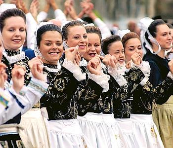 Pas de Fest-Noz («fête de nuit») et de Fest-Deiz («fête de jour») réussies sans danses folkloriques en Bretagne. Crédit photo: Bernard Galéron